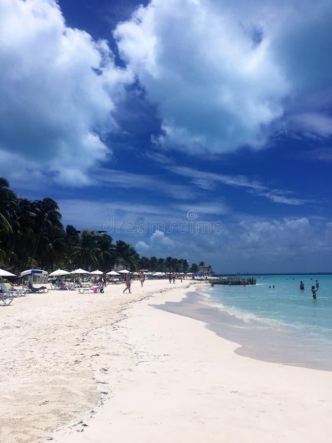 Het tropische paradijs van het eilandstrand in Isla Mujeres, Mexico stock foto's