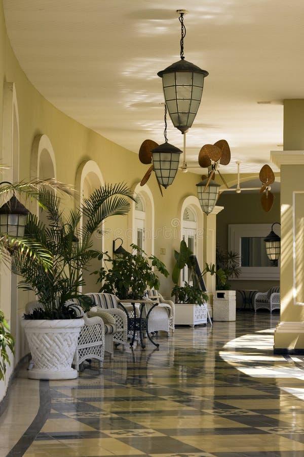 Het tropische Terras van het Hotel van de strandtoevlucht stock afbeeldingen