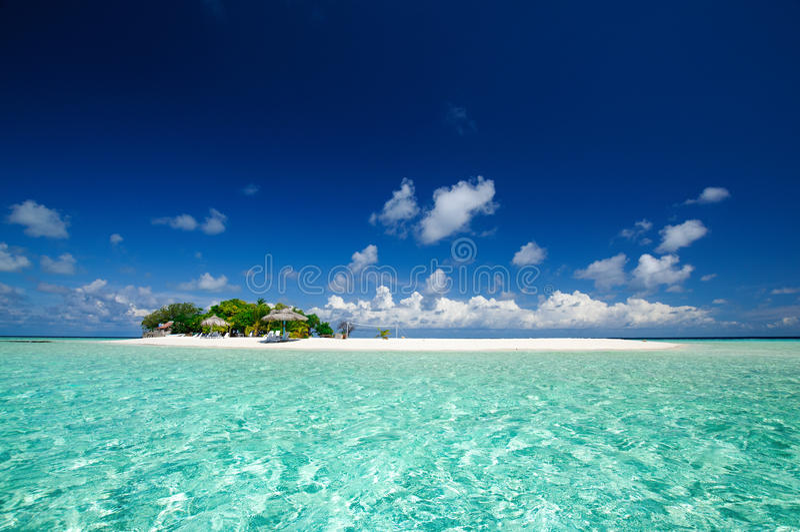 Het tropische zeegezicht van de eilandtoevlucht bij zonnige dag royalty-vrije stock fotografie
