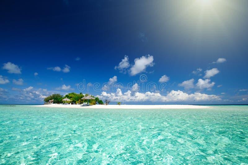Het tropische zeegezicht van de eilandtoevlucht bij zonnige dag royalty-vrije stock afbeelding