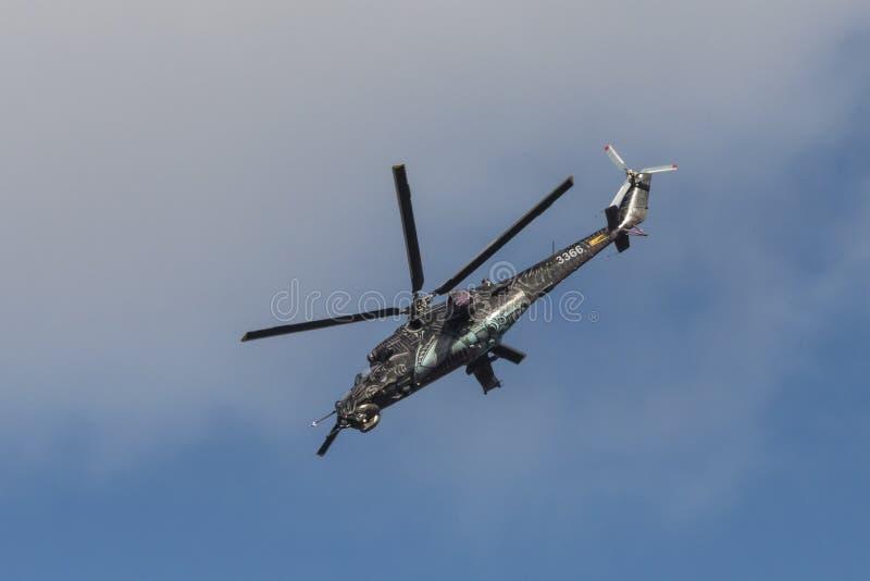 Het Tsjechische aanvalshelikopter Achterste vliegen royalty-vrije stock afbeeldingen