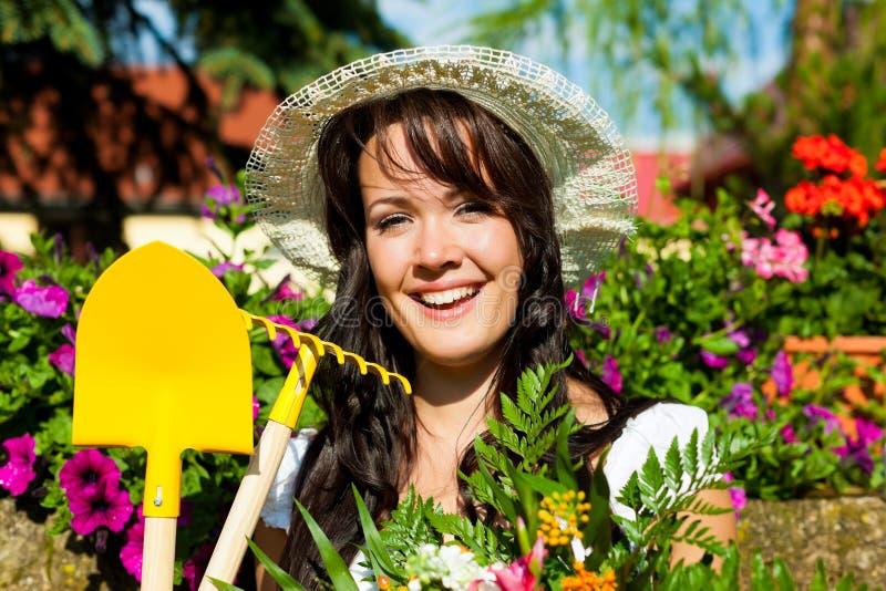 Het tuinieren in de zomer - vrouw met bloemen royalty-vrije stock foto