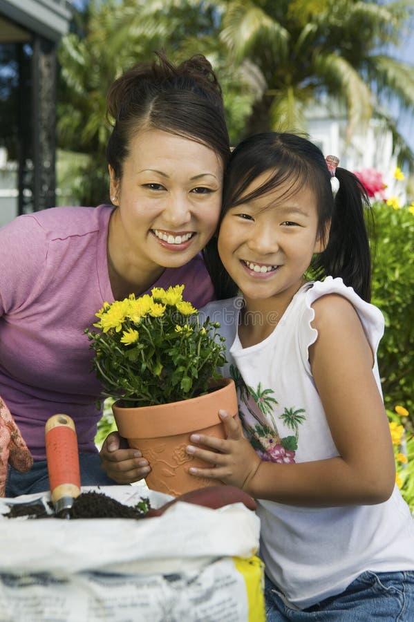 Het tuinieren van de moeder en van de dochter royalty-vrije stock afbeeldingen