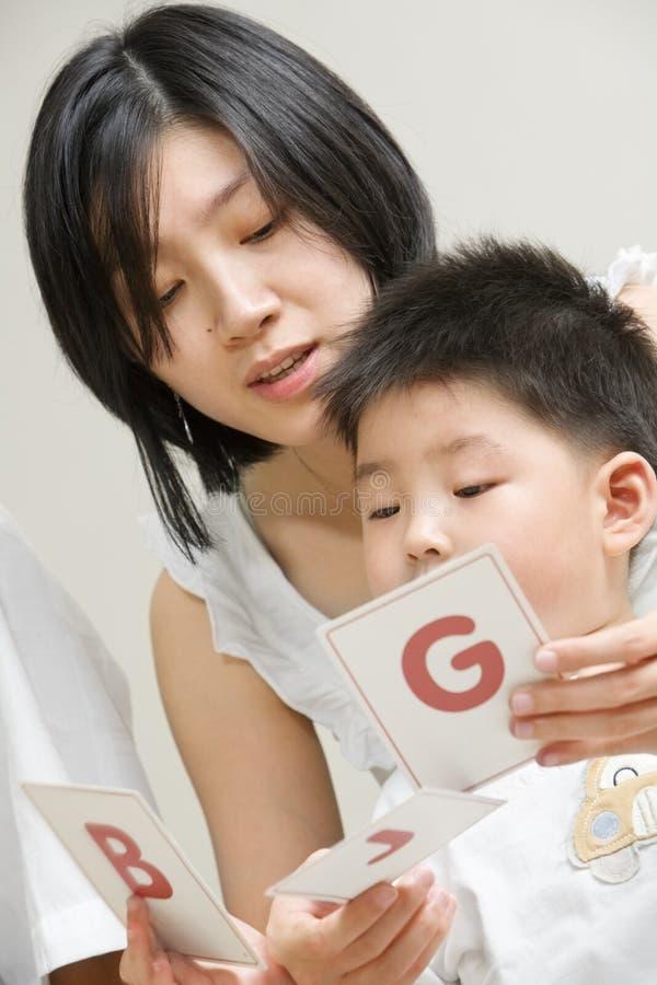 Het tutoring van de moeder haar zoon royalty-vrije stock foto