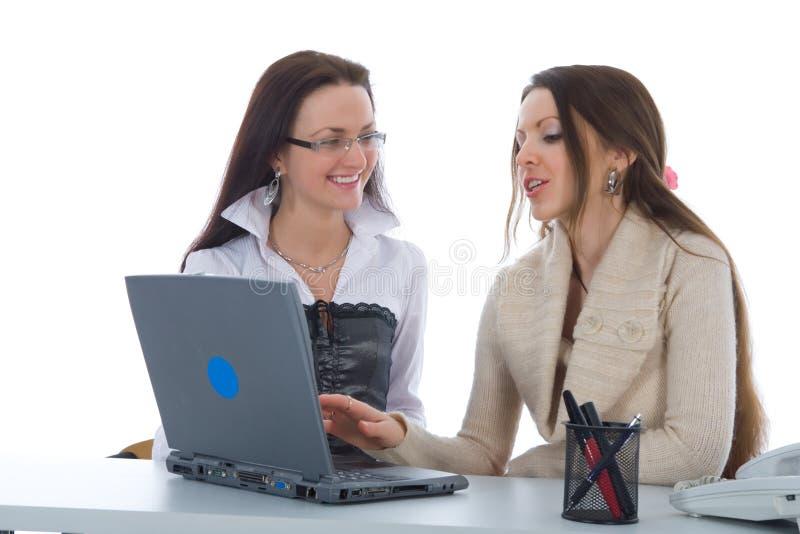 Het twee bedrijfsvrouwenwerk met laptop royalty-vrije stock foto