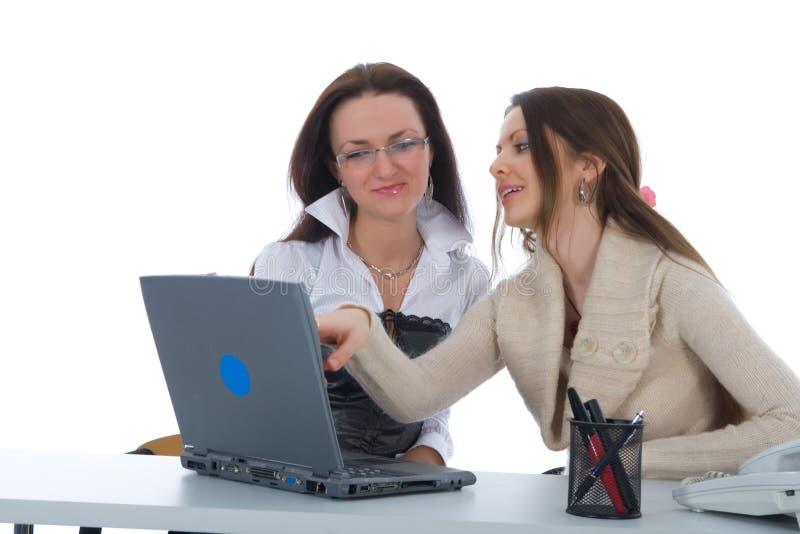 Het twee bedrijfsvrouwenwerk met laptop stock fotografie