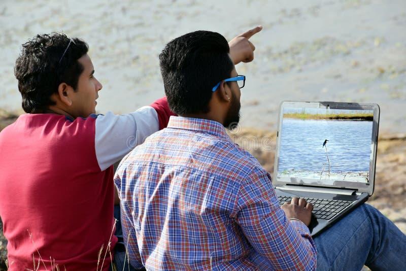Het twee Zakenmanwerk samen aangaande laptop royalty-vrije stock foto's