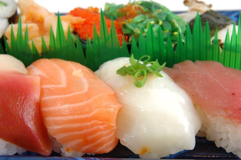 Het tweekleppige schelpdier, de zalm, de pijlinktvis en de tonijnsushi van de branding royalty-vrije stock afbeelding