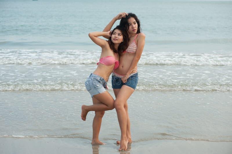 Het tweeling vrij Thaise vrouw stellen op het strand. royalty-vrije stock afbeeldingen