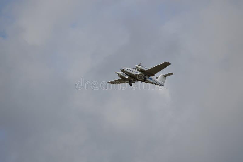 Het tweelingmotorvliegtuig opstijgen royalty-vrije stock fotografie