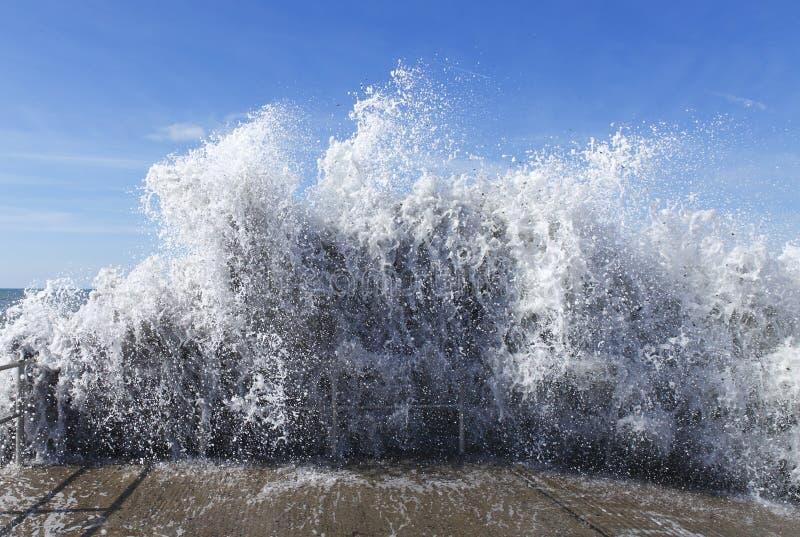 Golf van watertsunami stock afbeeldingen