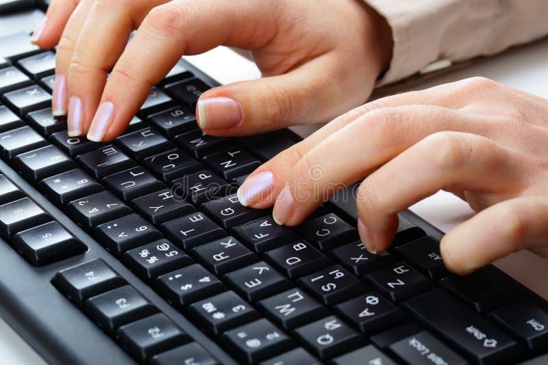 Het typen op toetsenbord. stock fotografie