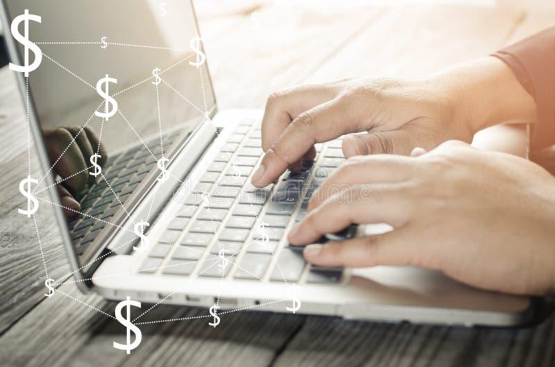 Het typen van de hand toetsenbord op laptop stock afbeeldingen
