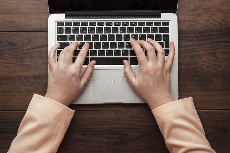 Het typen van de onderneemster op laptop stock fotografie