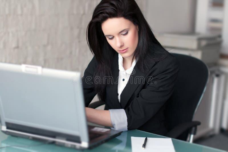 Onderneemsters die op laptop typen stock foto