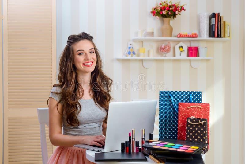 Het typen van de vrouw op laptop stock foto