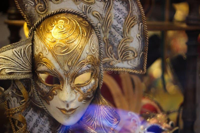 Het typische masker van Venetië Carnaval in een lokale winkel stock afbeelding