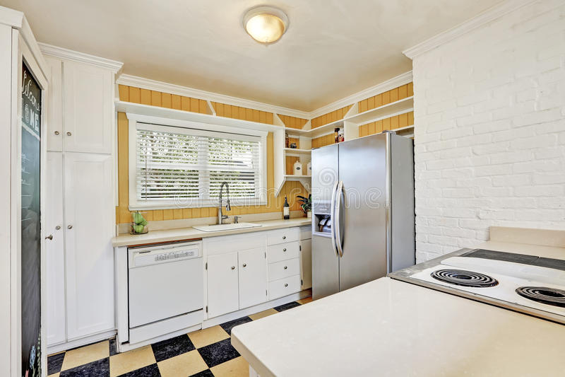 Het u-vormige binnenland van de keukenruimte met moderne ijskast royalty-vrije stock foto