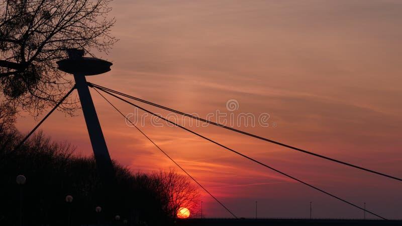 Het UFO van de de Zonsondergangbrug van Bratislava stock fotografie