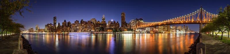 Het Uit het stadscentrum Oosten van Manhattan van Roosevelt Island met de verlichte Queensboro-Brug en de Rivier van het Oosten D royalty-vrije stock foto