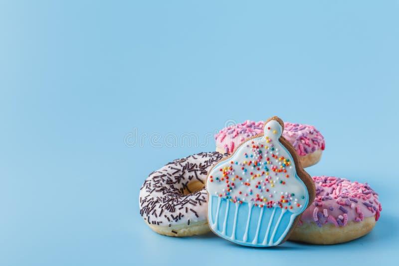 Het uit zijn evenwicht gebrachte dieet behandelt koekjes en donuts royalty-vrije stock fotografie