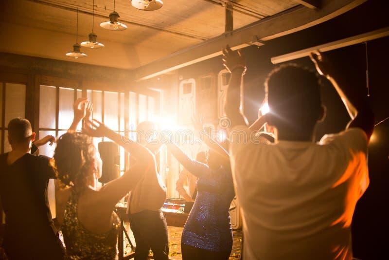 Het uitdrukken van Geluk op Dance Floor stock afbeelding