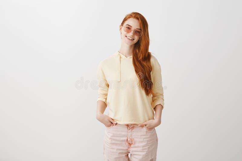 Het uitdrukken van haar heldere ziel met manier Portret van aantrekkelijk jong Europees roodharige in modieuze glazen en uitrusti stock afbeelding