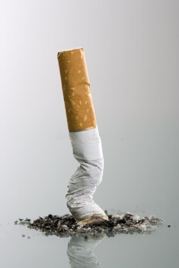 Het uiteindeeind van Cigarett dat in asbakje wordt verpletterd stock foto's