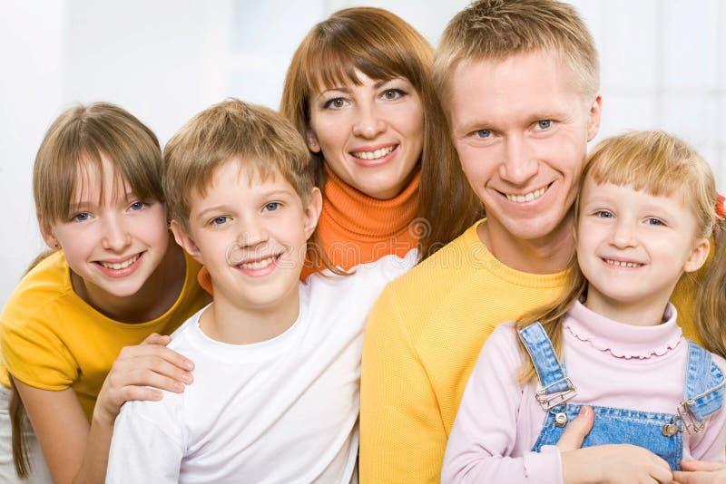 Het uitgebreide familie glimlachen stock fotografie