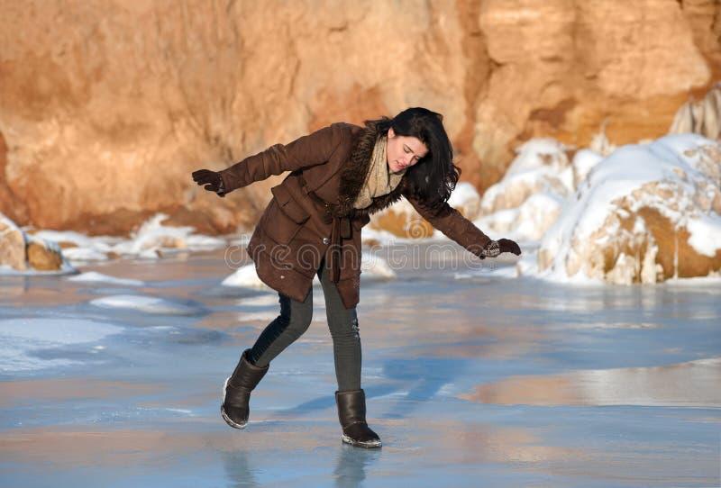 Het uitglijden op ijs royalty-vrije stock afbeeldingen