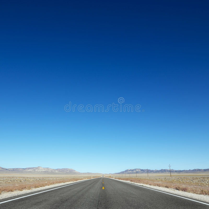 Het uitrekken van de weg zich naar horizon. stock foto