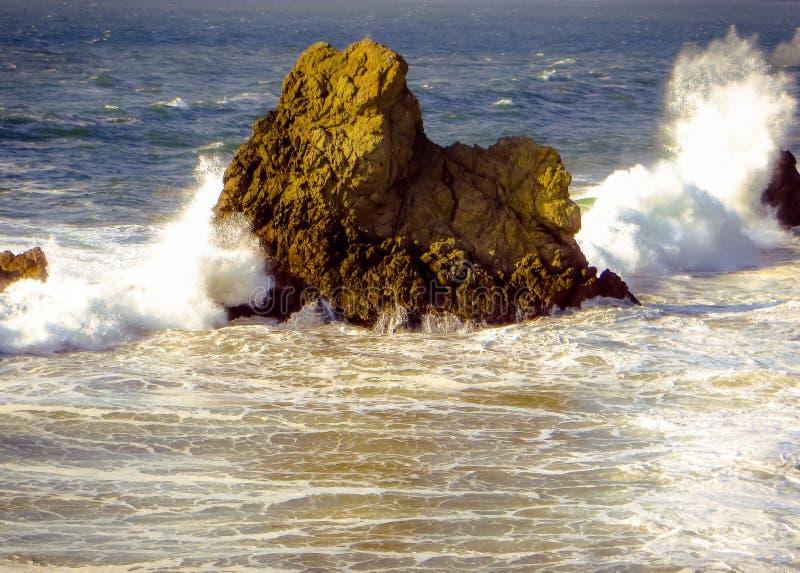 Het uitsteken van rots met verpletterende golven royalty-vrije stock foto's