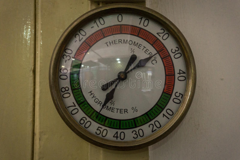 Het uitstekende die thermometer en hygrometer hangen op de muurfoto in Pekalongan Indonesië wordt genomen royalty-vrije stock afbeeldingen