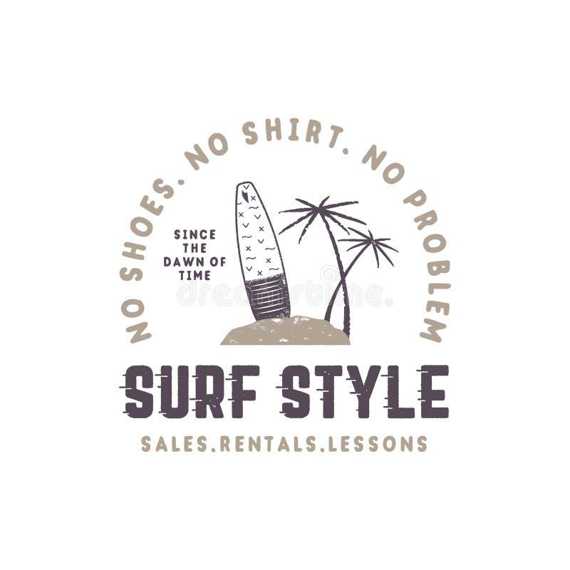 Het uitstekende etiket van de brandingsstijl De zomer het surfen stijlembleem met surfplank, tropische palmen en typografieelemen stock illustratie