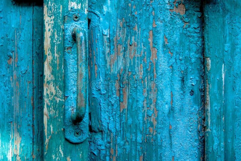 Het uitstekende handvat van de deurtrekkracht op doorstane gekraste houten oppervlakte Concept veiligheid en privacybescherming G stock afbeeldingen