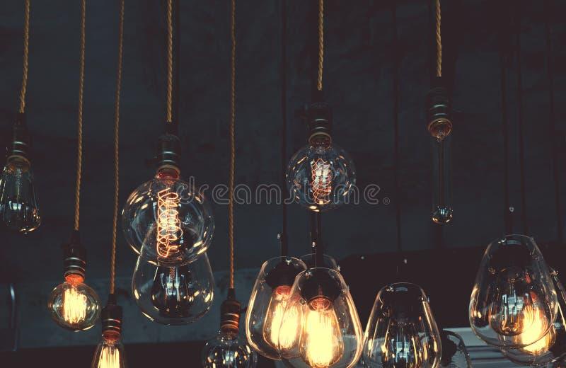 Het uitstekende hangende decor die van de luxe gloeilamp in dark gloeien stock foto