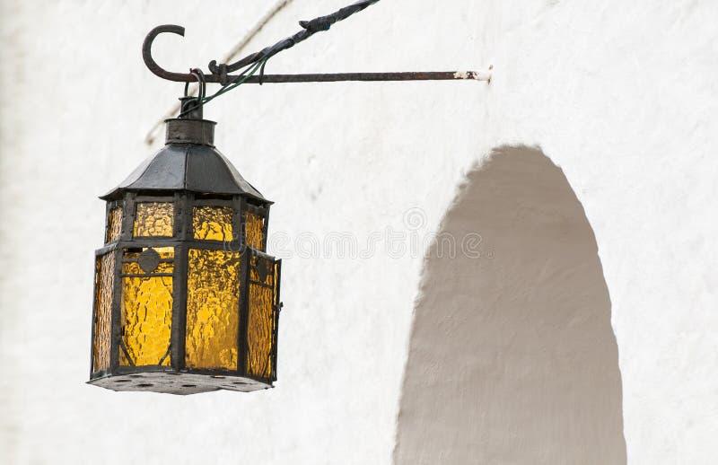 Download Het Uitstekende Lantaarn Hangen Boven Overspannen Ingang. Stock Afbeelding - Afbeelding bestaande uit glas, licht: 29503303