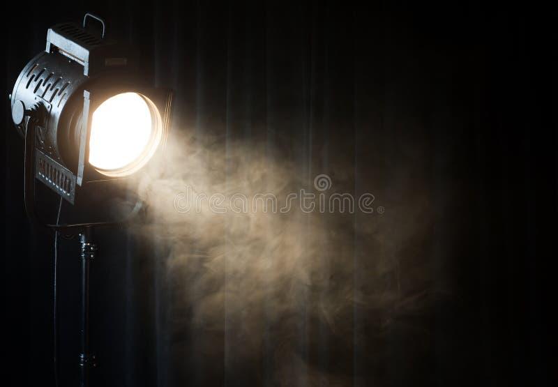 Het uitstekende licht van de theatervlek op zwart gordijn stock foto