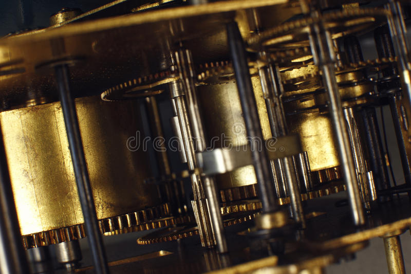 Het uitstekende macrodetail van horlogemachines Uurwerk van oude klok dichte omhooggaand stock foto's