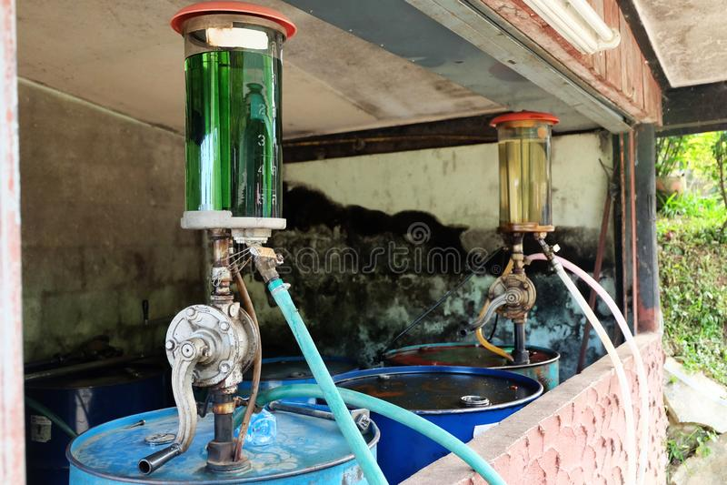 Het uitstekende olievat van de Benzinepomp, de Roterende Handpomp van de handolie in het platteland royalty-vrije stock afbeelding