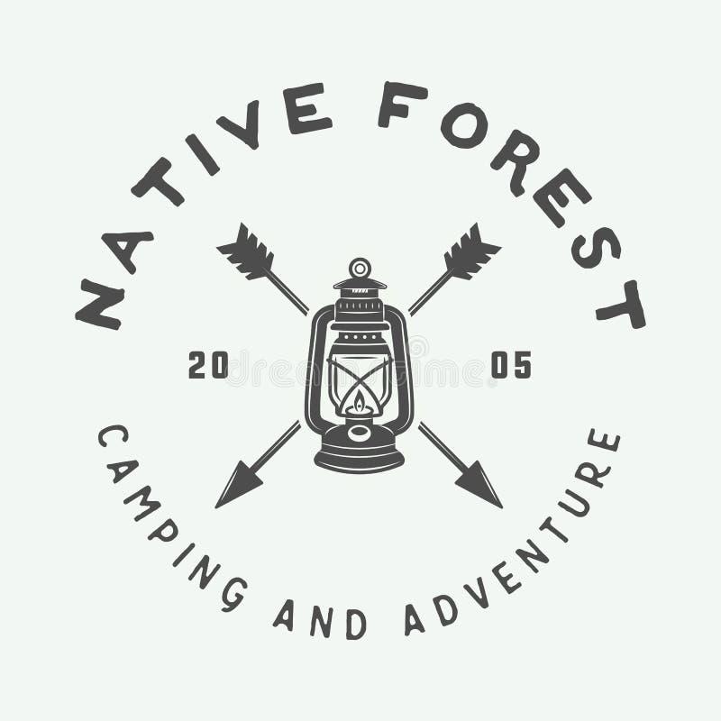 Het uitstekende openlucht kamperen en avonturenembleem, kenteken, etiketten royalty-vrije illustratie