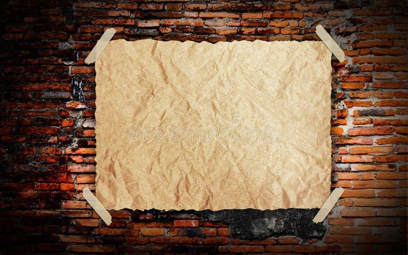 Het uitstekende oude Pakpapier van Grunge op brickwall royalty-vrije stock foto