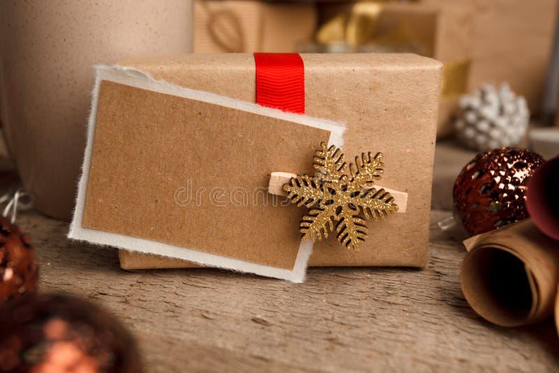 Het uitstekende pakket van de giftdoos met lege giftmarkering op oude houten achtergrond, Kerstmis decoratieve elementen Kerstmis royalty-vrije stock afbeelding