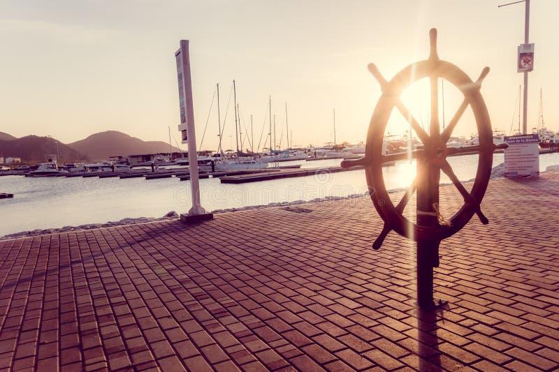 Het uitstekende stuurwiel van de roerboot in promenade royalty-vrije stock foto's