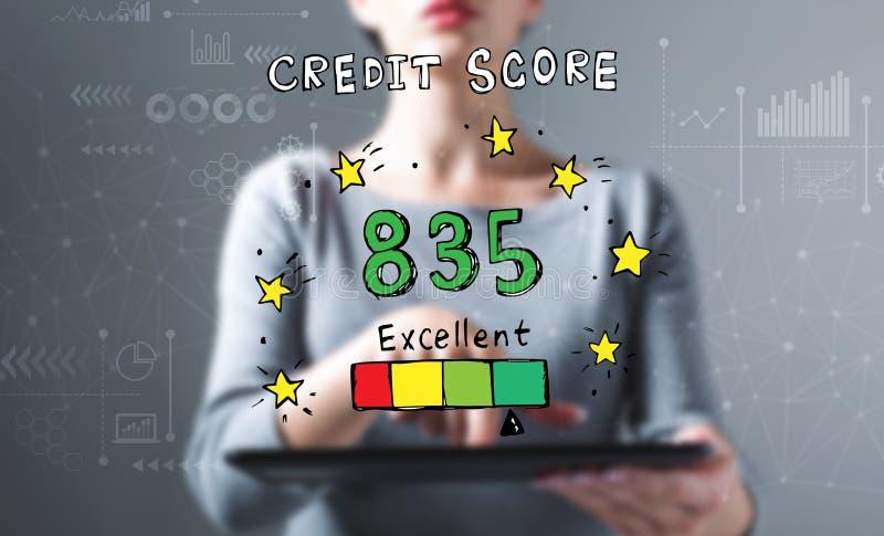 Het uitstekende thema van de kredietscore met vrouw die een tablet gebruiken vector illustratie