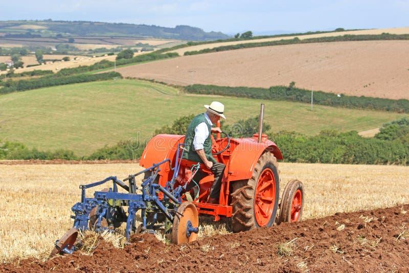Download Het Uitstekende Tractor Ploegen Redactionele Afbeelding - Afbeelding bestaande uit band, landbouwer: 114228065
