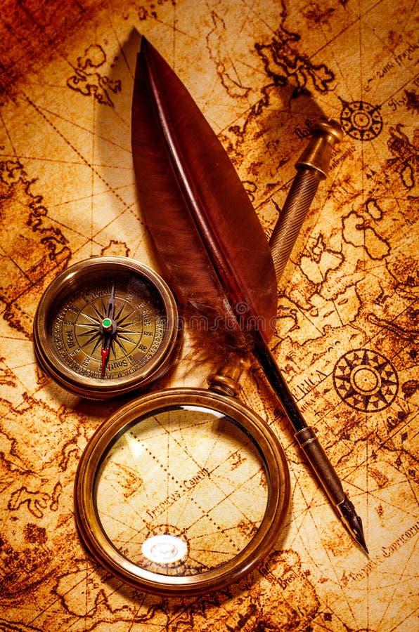 Het uitstekende vergrootglas ligt op een oude wereldkaart royalty-vrije stock foto