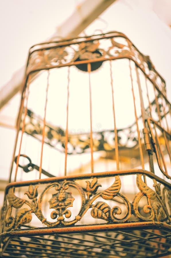 Het uitstekende vogelkooi hangen royalty-vrije stock afbeelding