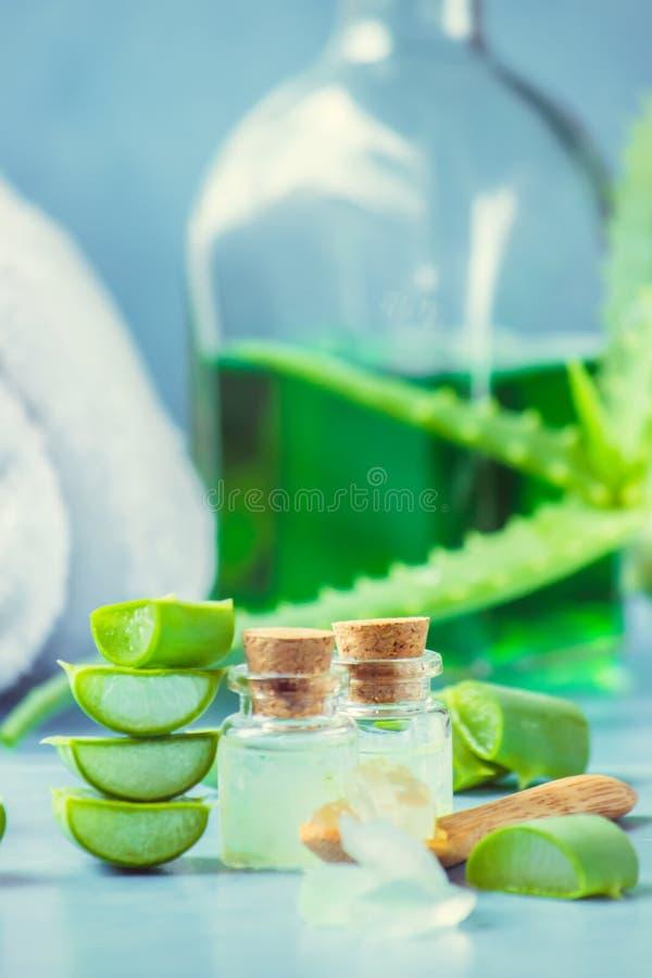 Het uittreksel van aloëvera in een kleine fles en stukken op de lijst royalty-vrije stock fotografie