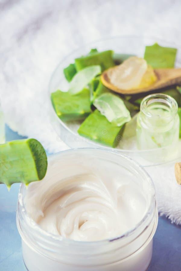 Het uittreksel van aloëvera in een kleine fles en stukken op de lijst stock afbeelding